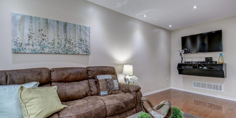 View More: https://realtoronestopshop.pass.us/14rockhavenlnbrampton-leilanievansteam